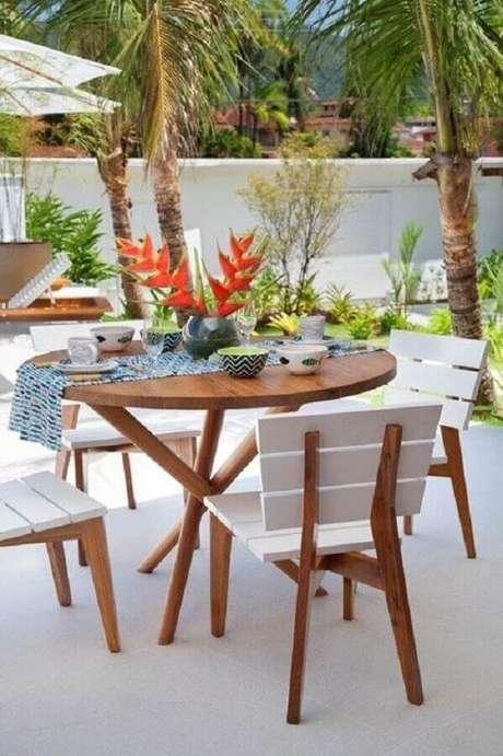 48. Mesa e cadeira para varanda com jardim – Foto: Decoração de Casa