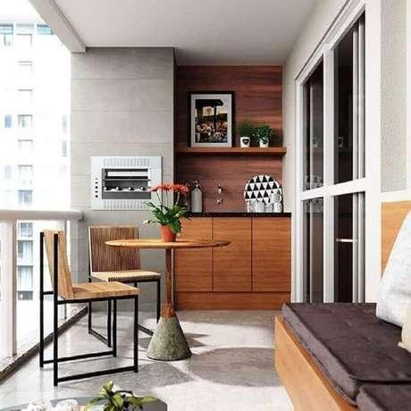50. Decoração moderna com mesa e cadeira para varanda de apartamento com churra queira pequena – Foto: Dicas Decor