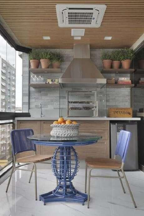 53. Mesa e cadeira para varanda gourmet com churrasqueira de vidro – Foto: Pinterest