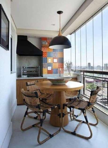 55. Mesa e cadeira para varanda pequena com churrasqueira – Foto: Decoração de Casa