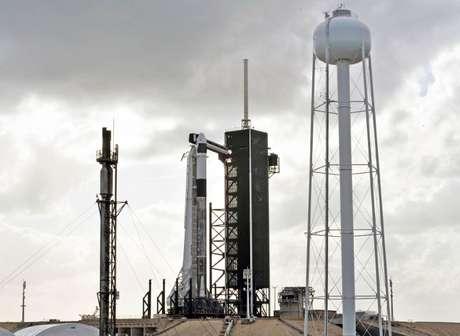 SpaceX Crew Dragon no topo de um foguete auxiliar Falcon 9 no Pad 39A no Kennedy Space Center, antes de um teste de abortamento em voo programado no Cabo Canaveral, Flórida,  17/01/2020 REUTERS/Steve Nesius