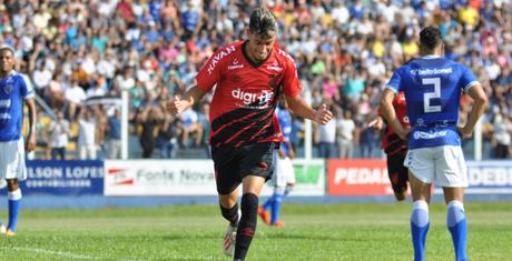 Pedrinho brilhou e marcou duas vezes na vitória do Furacão (Foto: Divulgação/Athletico-PR)