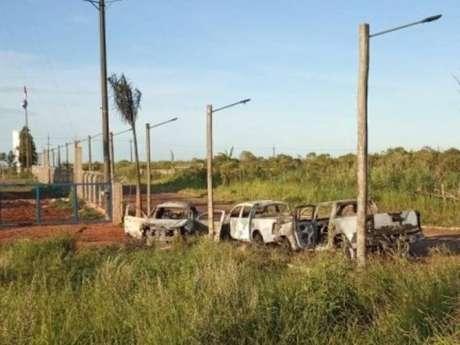 Três caminhonetes foram incendiadas no lado brasileiro da fronteira com o Paraguai, em Ponta Porã, após a fuga de presos do PCC de presídio de Pedro Juan Caballero
