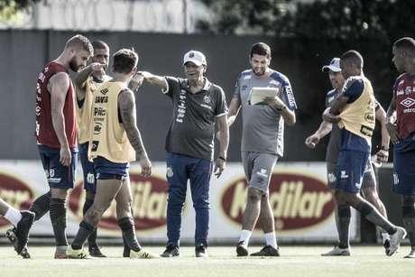 Jesualdo orienta os jogadores do Santos em treino no CT Rei Pelé (Foto: Ivan Storti/Santos)