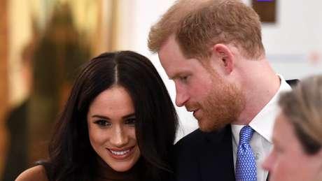 A partir de março, Harry e Meghan vão deixar de representar oficialmente a rainha e de receber dinheiro público para cumprir deveres reais, informou o Palácio de Buckingham