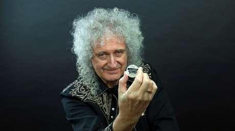 Brian May, guitarrista do Queen, com moeda comemorativa da banda 17/01/2020  Cortesia da Queen Productions LTD/via REUTERS