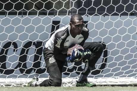 John briga para ser o segundo goleiro do Santos (Ivan Storti/Santos)
