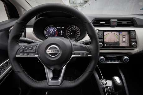 O volante multifuncional e a tela multimídia do novo Versa.