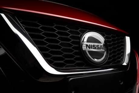 A grade está de acordo com a estética global dos carros da Nissan.