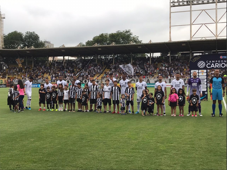 Jogadores perfilados na partida contra o Volta Redonda (Foto: Divulgação/Botafogo)