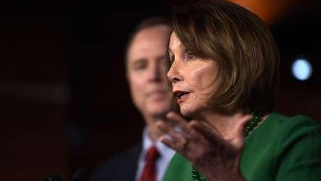 """Nancy Pelosi, presidente da Câmara, afirma que processo trata da """"defesa da democracia"""" americana"""