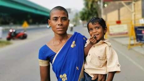 Prema teve dificuldades para alimentar seu filhos depois de o marido se matar; raspar a cabeça foi uma forma de conseguir dinheiro