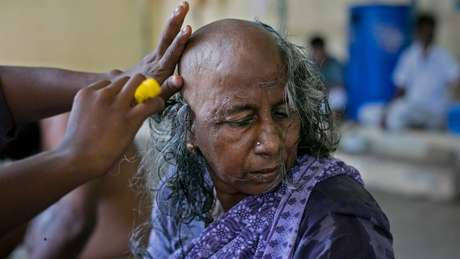 A devota hindu Rani raspou a cabeça em um templo na Índia: ela fez doação do cabelo depois de pedir por um neto