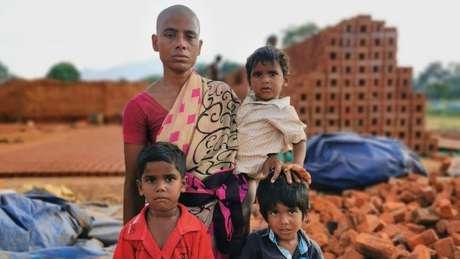 Prema sofreu ao ver o filho mais velho, Kaliyappan (de camisa vermelha), passar fome