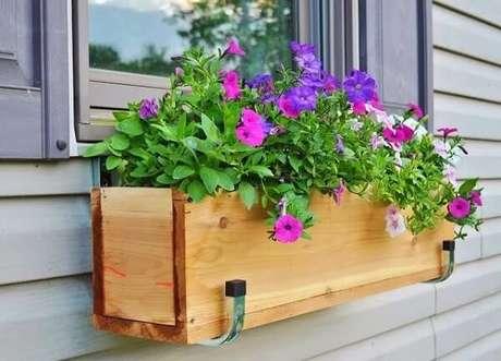 4. Floreira de madeira para janela com petúnias. Fonte: Pinterest