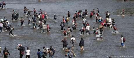 Após pedirem permissão e não receberem resposta, migrantes atravessaram fronteira pelo rio