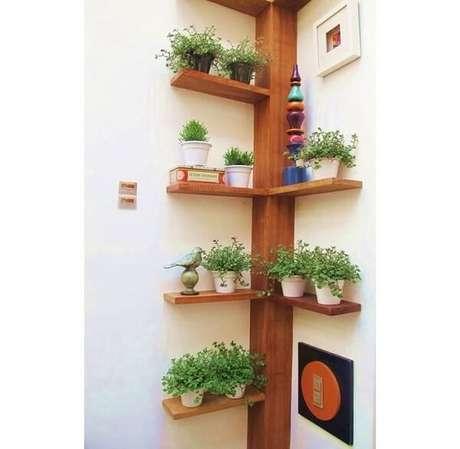 14. Floreira de madeira de canto se encaixa perfeitamente na parede. Fonte: Pinterest