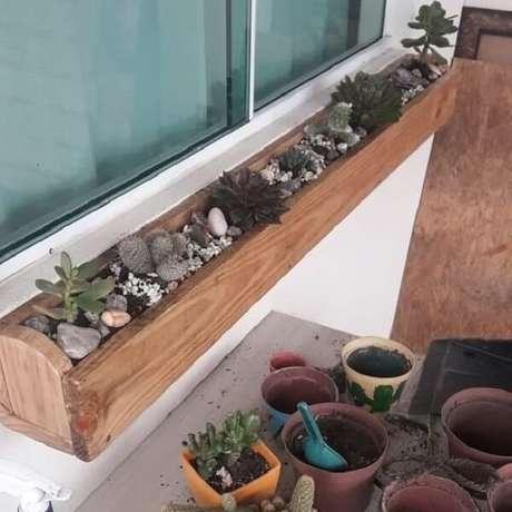 17. Como fazer floreira de madeira com suculentas. Fonte: Pinterest