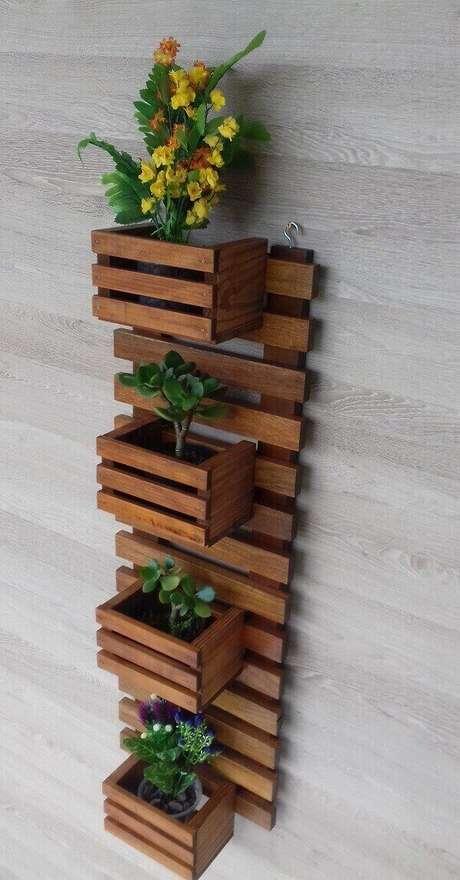 15. Floreira de madeira com gancho metálico para parede. Fonte: Pitnerest