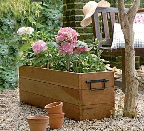 18. Floreira de madeira para chão com alça. Fonte: Studio Floral Dora Santoro