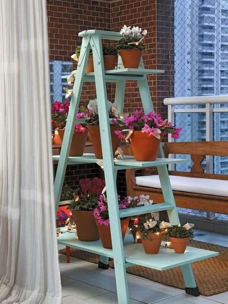 9. Floreira de madeira tipo escada serve de apoio para inúmeras plantas. Fonte: Blog Achados de Decoração