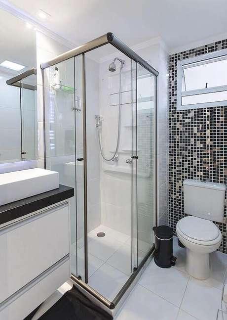 3. Decoração simples para banheiro de apartamento preto e branco com pastilhas e bancada preta – Foto: LO Interiores