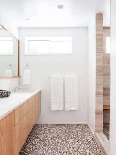 13. Banheiro de apartamento decorado todo branco com detalhes em madeira – Foto: Ideias Decor