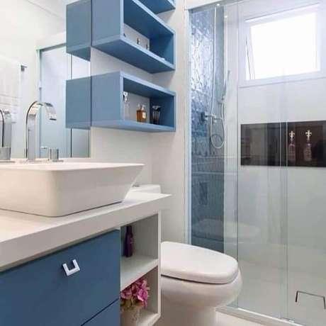 18. Banheiro de apartamento pequeno decorado azul e branco com nichos organizadores – Foto: Barbara Dundes Arquiteta