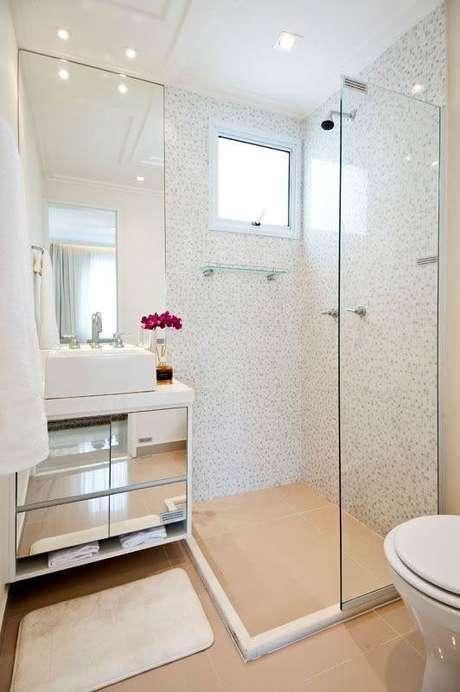 21. Banheiro de apartamento pequeno decorado com gabinete suspenso espelhado – Foto: Pinterest