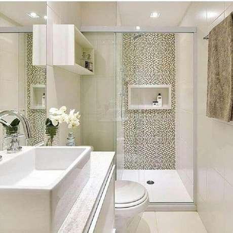 23. Banheiro de apartamento pequeno decorado com pastilhas na área do box e nicho branco – Foto: Mayla Mikaelian e Bianca Freitas