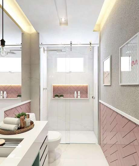 24. Banheiro de apartamento pequeno decorado moderno com revestimento branco e rosa – Foto: Pinterest