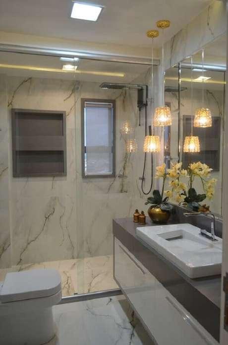 25. Invista em pendentes para a decoração de banheiro pequeno de apartamento de luxo – Foto: ConstruCor