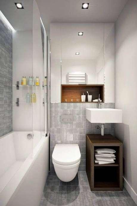 28. Banheiro de apartamento pequeno decorado com gabinete simples de madeira – Foto: Pinterest