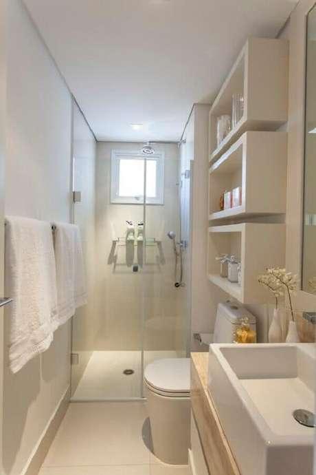 5. Nichos são essenciais para manter a organização no banheiro pequeno de apartamento simples – Foto: Homely