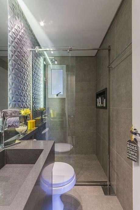 35. Banheiro pequeno de apartamento todo cinza com revestimento 3D – Foto: LO Interiores