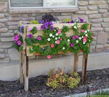 20. Floreira de madeira de chão forma uma linda cascata de flores. Fonte: Somos Verdes