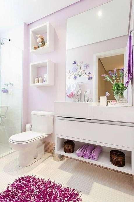 36. Delicada decoração para banheiro de apartamento branco e lilás com nichos decorativos e gabinete suspenso – Foto: Wood Save