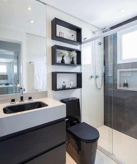41. Decoração moderna para banheiro de apartamento preto e branco com nichos decorativos – Foto: Assetproject