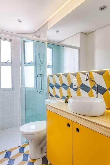 44. Decoração simples com revestimento colorido e gabinete amarelo para banheiro de apartamento pequeno decorado – Foto: Construção & Design