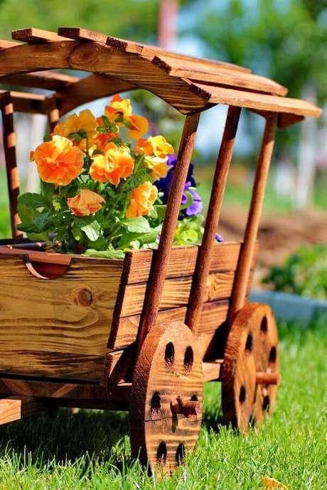 23. Floreira criativa de madeira encanta a decoração do jardim. Fonte: Pinterest
