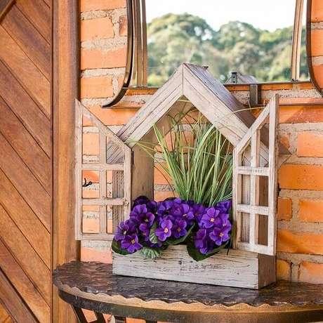 24. Floreira de madeira em formato de janelinha. Fonte: Carro de Mola