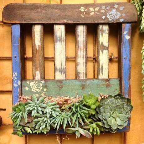 25. Floreira de madeira feita com pedaço de cadeira. Fonte: Pinterest