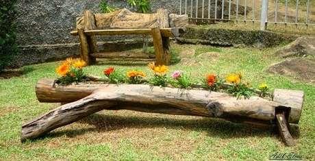 26. Floreira de madeira feita com tronco serve de abrigo para as Gazâneas. Fonte: Pinterest