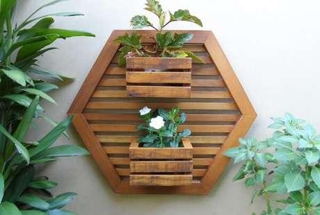 27. Floreira de madeira maciça de demolição. Fonte: Pinterest