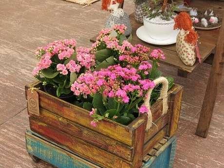 28. Floreira de madeira de chão com alça de sisal. Fonte: Elo7
