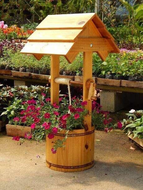 29. Floreira de madeira para chão em formato de poço. Fonte: Elo7
