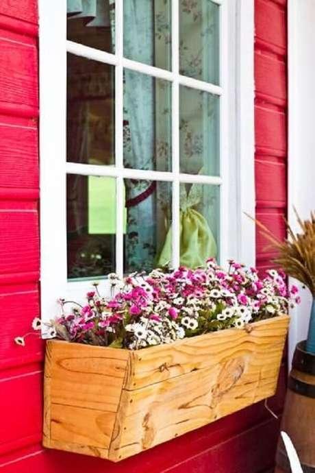 30. Floreira de madeira para janela é uma alternativa para decorar o lado externo da casa. Fonte: Pinterest