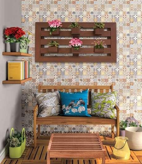 31. Floreira de madeira para parede decora a varanda. Fonte: Ecopex