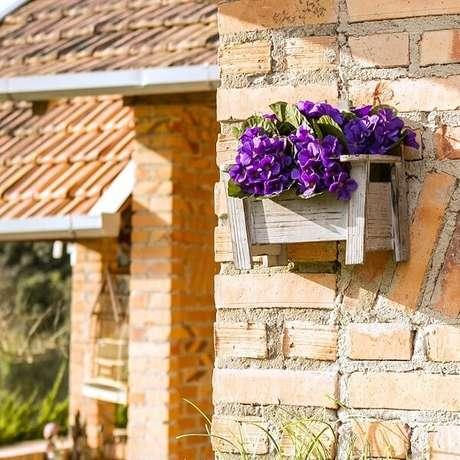 32. Floreira de madeira para parede com violetas. Fonte: Pinterest