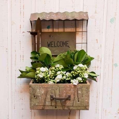 33. Floreira de madeira para porta de entrada recepciona os visitantes da casa. Fonte: Mercado Livre